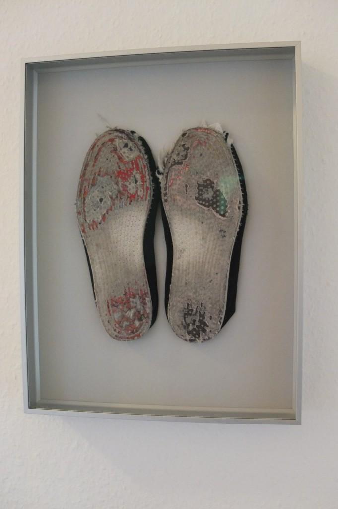 Objektrahmen mit Schuhsohlen bestückt