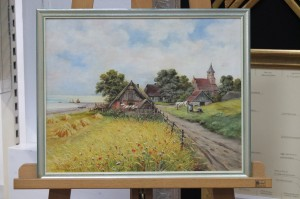 Gemälde eines Fachwerkhauses im Getreidefeld gerahmt mit schmaler silberfarbenen Bilderleiste