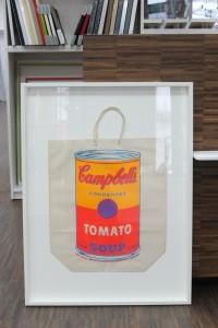 Warhol-Tasche fertig gerahmt in einem weißen Kastenrahmen