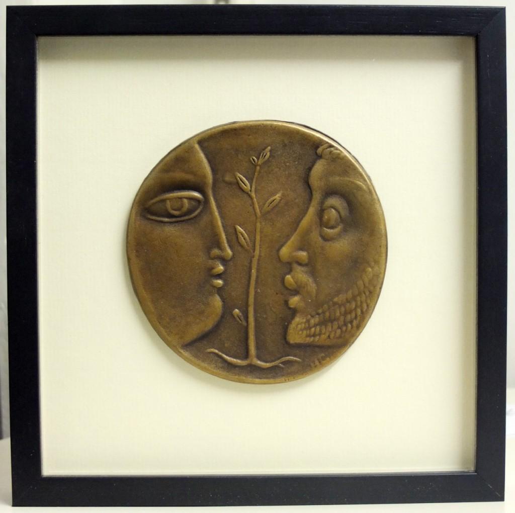 Bronzeplakette fertig gerahmt mit Passepartout und braunem Holzrahmen