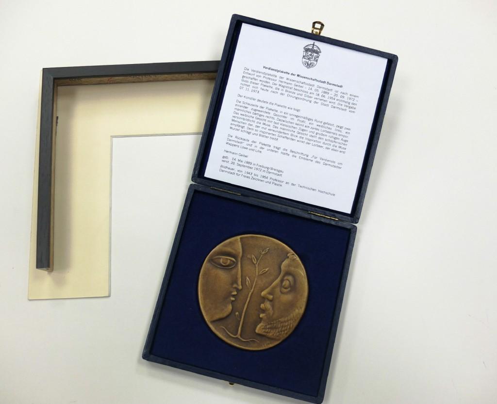 Bronzeplakette vor der Einrahmung mit Passepartoumuster und Rahmenmuster